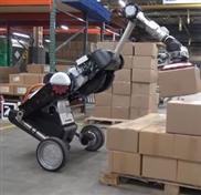 Futuristischer Roboter ersetzt Lageristen