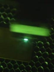 Laser macht Metalloberflächen zu Bakterienkillern